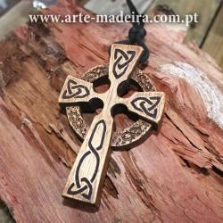 Colar de madeira Cruz Celta