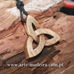 Tríquetra colar de madeira
