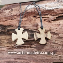Cruz de Malta colar de madeira