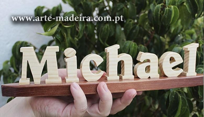 Nome de madeira artesanal feito a mão