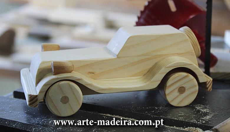 Brinquedo de madeira artesanal feito a mão