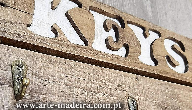 Chaveiro em madeira artesanal feito a mão