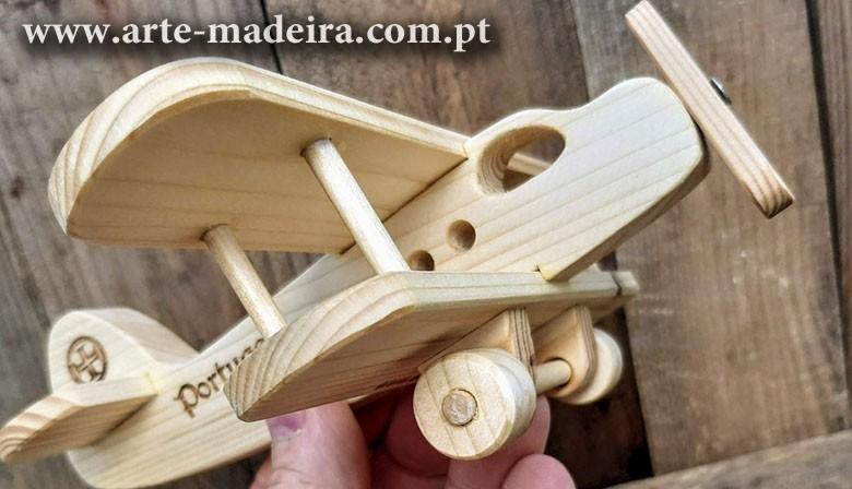 Avião brinquedo de madeira